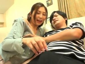 旦那が寝ている隙にこっそりバレないように手コキ抜きする人妻痴女 佐々木あき