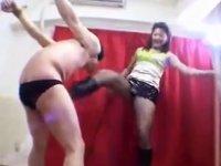 【金蹴り】拘束M男を鞭とブーツ蹴りで容赦なく責める女王様!!