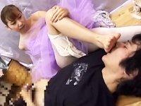 レッスン後の蒸れ足をM男に舐めさせながらセンズリさせる痴女バレリーナ