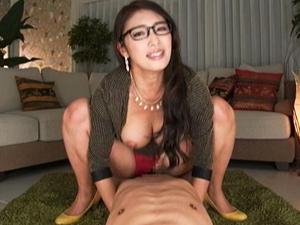 メガネの熟女家庭教師が淫語タップリで騎乗位の結合部を見せつけ!小早川怜子