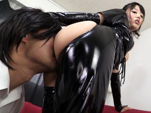 浜崎真緒 巨乳ボンテージ痴女の顔面騎乗で責められ尻コキで射精させられるM男