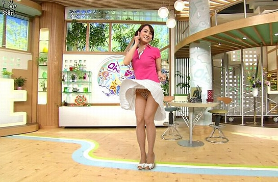 【※衝撃】女子アナのパンチラ胸チラ放送事故ハプニング「パンツもおっぱいも抜ける!!」