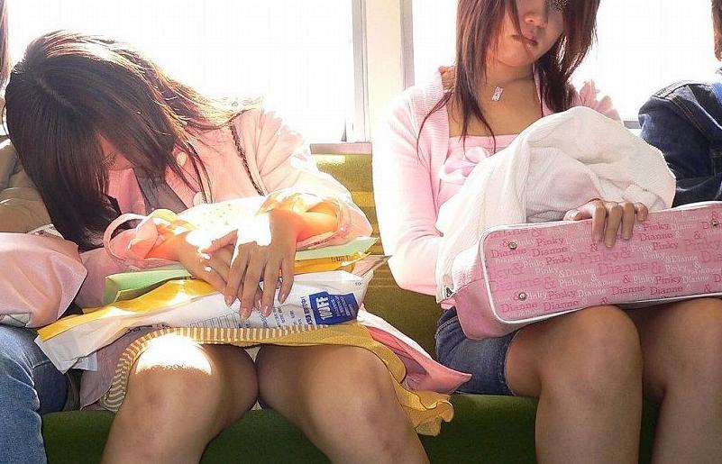 電車内パンチラって結構あるんだな。普段みれないからこれで抜こうっと( ̄ー ̄)
