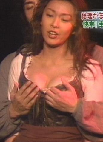 【厳選エロ画像51枚】松たか子もおっぱい揉まれたり黒歴史のオナニー&パンチラシーンが強烈!!!