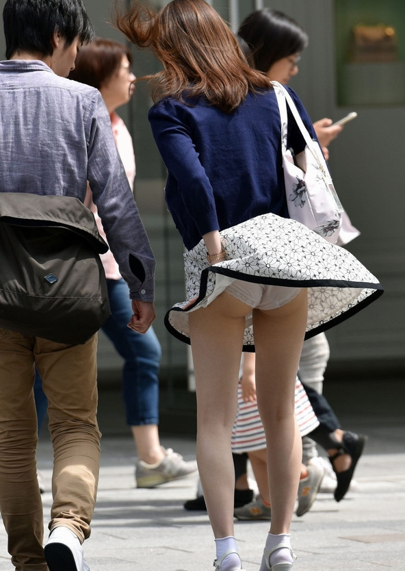 【厳選エロ画像167枚】風チラといわれるパンチラだが、OLもギャルも女子アナも