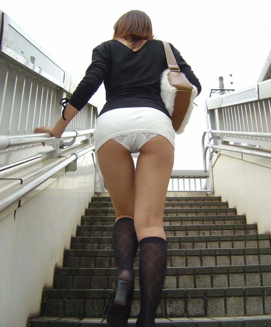 【エロ画像261枚】ローアングル階段のパンチラまとめSP「下からパンモロで挑発する女達」【永久保存版】