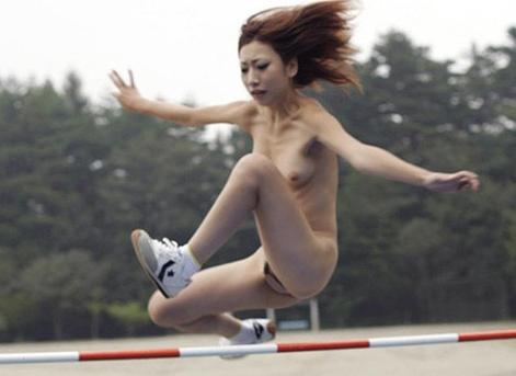 【エロ画像】裸でスポーツをするとこうなりますwwwwwwwwwwwwwwwwwwwww「お乳丸出しダッシュて」