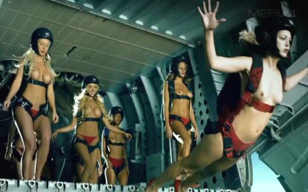 スカイダイビング全裸のエロ画像