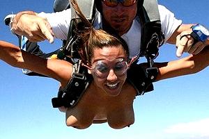 【厳選エロ画像47枚】スカイダイビング全裸でやるとおっぱいプルンプルン「くぱぁ」とマンコも空に広がるダイジェストwwww【永久保存版】