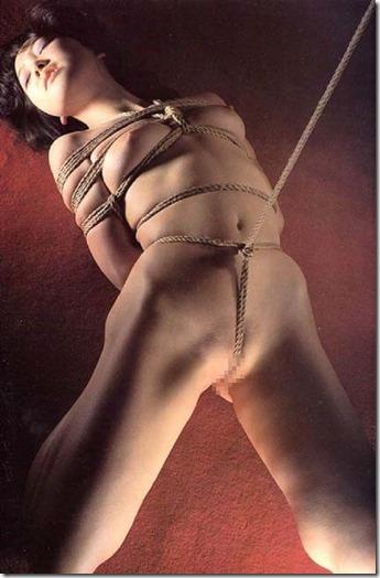食い込む股縄で変形するオマンコが夫婦の秘めごとの証しになるエロ画像14