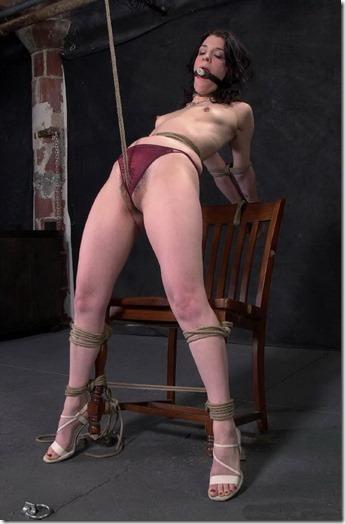 食い込む股縄で変形するオマンコが夫婦の秘めごとの証しになるエロ画像18