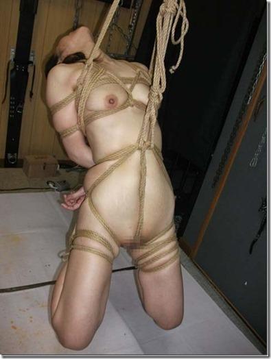 食い込む股縄で変形するオマンコが夫婦の秘めごとの証しになるエロ画像24