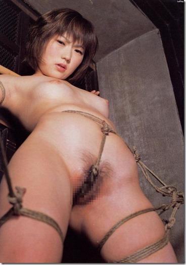 食い込む股縄で変形するオマンコが夫婦の秘めごとの証しになるエロ画像30