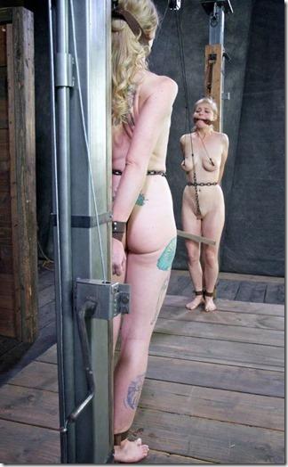 食い込む股縄で変形するオマンコが夫婦の秘めごとの証しになるエロ画像33