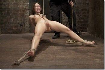 食い込む股縄で変形するオマンコが夫婦の秘めごとの証しになるエロ画像45