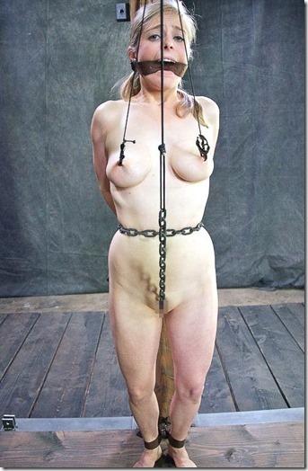 食い込む股縄で変形するオマンコが夫婦の秘めごとの証しになるエロ画像50