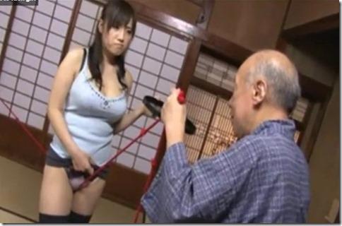 【長澤あずさ】義父に股縄調教される神乳ドスケベ嫁、近所の徘徊老人も加わって3P中出しファック
