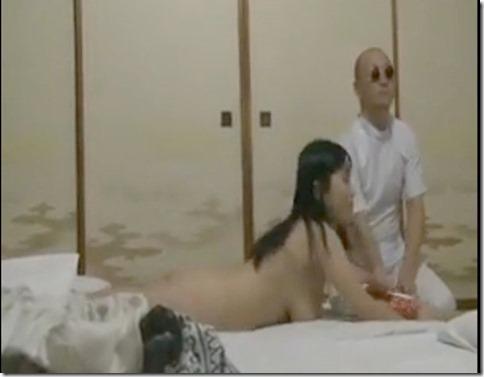 【昭和ロマン風寝取られエロ動画】盲目の按摩を呼び、一人旅のふりして夫の目の前で抱かれる人妻01