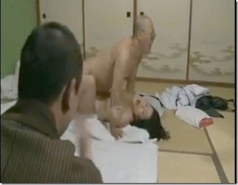 【昭和ロマン風寝取られエロ動画】盲目の按摩を呼び、一人旅のふりして夫の目の前で抱かれる人妻07