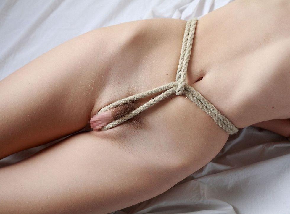 食い込む股縄で変形するオまんこがダンナ婦の秘めごとの証しになるえろ写真
