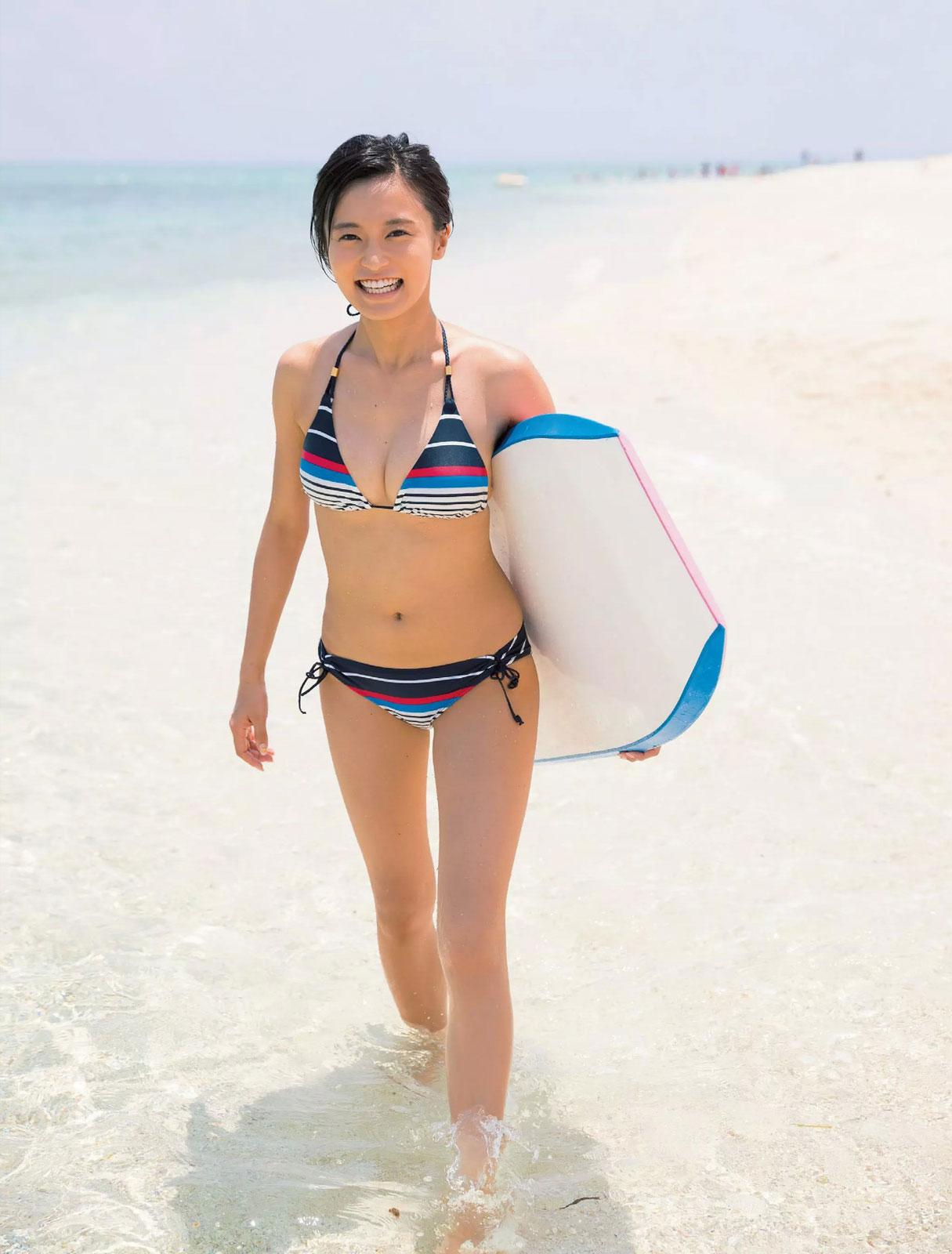 海で楽しむ小島瑠璃子