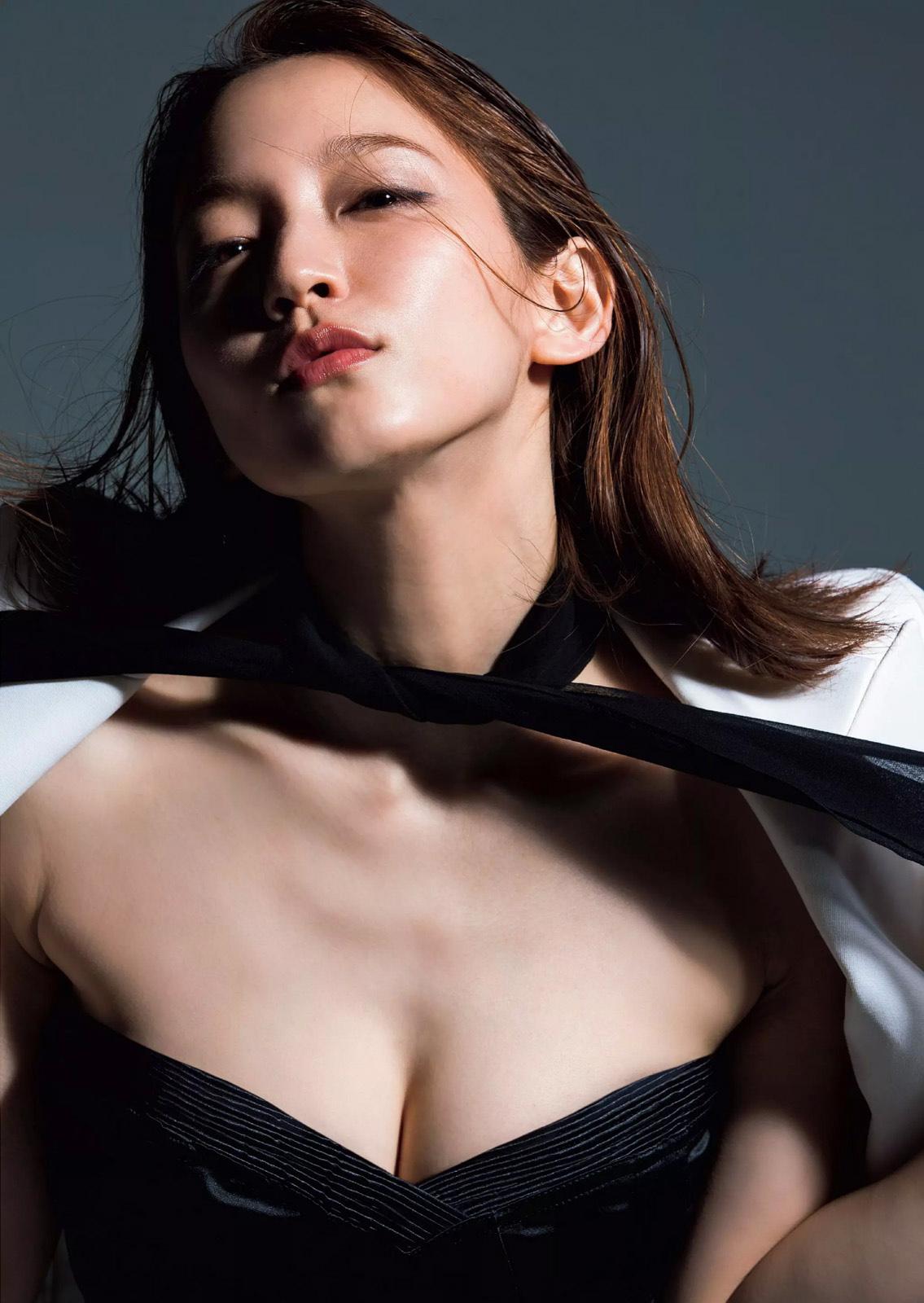 吉岡里帆 最新グラビアおっぱい谷間&ツインテールセクシー画像