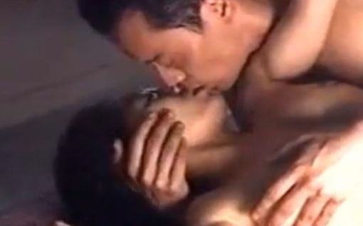 【小松千春】覆いかぶさるように唇を塞がれた濡れ場