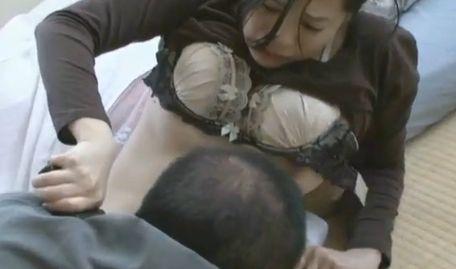 【桜木梨奈】ブラジャーを取られて乳首を晒した濡れ場