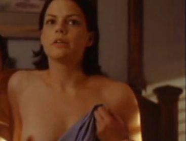 スザンヌ・クライヤー 思わず触りたくなる美乳をさらした濡れ場
