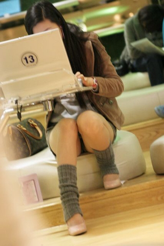 (シロウトパ●チラ)女って、こんな座り方したらパンツ見えちゃうかも、とか思わないの?wwwwwwww...
