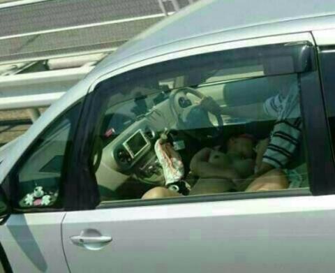 高速道路で走行中に裸でフoラする女が収録される