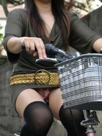 この太ももはパンツ丸見えよりもセックスだぁwwwwww思わず見惚れるミニスカ自転車のおねーさんがコチラwwwwww(写真15枚)