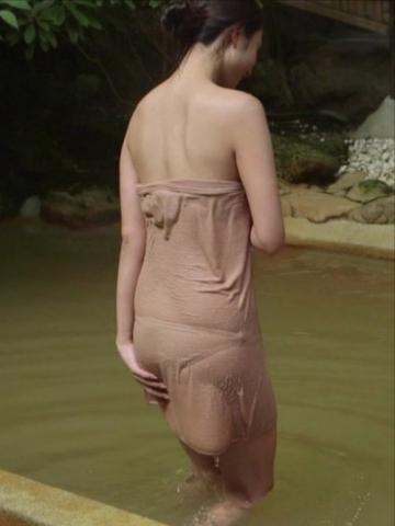 秘湯ロマンでタオルの下の水着が浮かび上がる