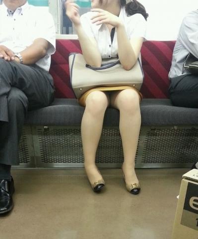 浮かれて出かける女のパ○チラがみたくて列車に乗った結果wwwwwwwwwwwwww