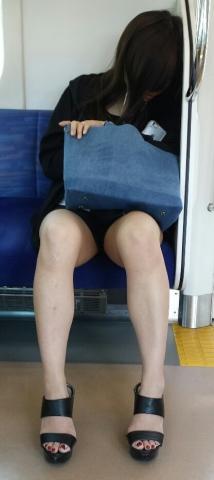 列車の対面に座ってる女子の「太もも」を→コッソリ撮った様な写真がたっぷりにアップされるスレ☆