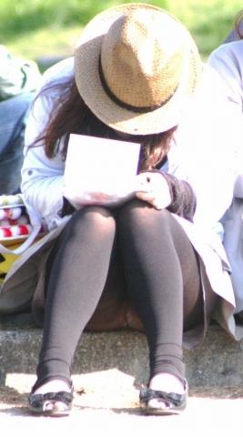 (街撮パ○チラ)座って隙見せてパ○チラしてるオナゴ発見☆☆