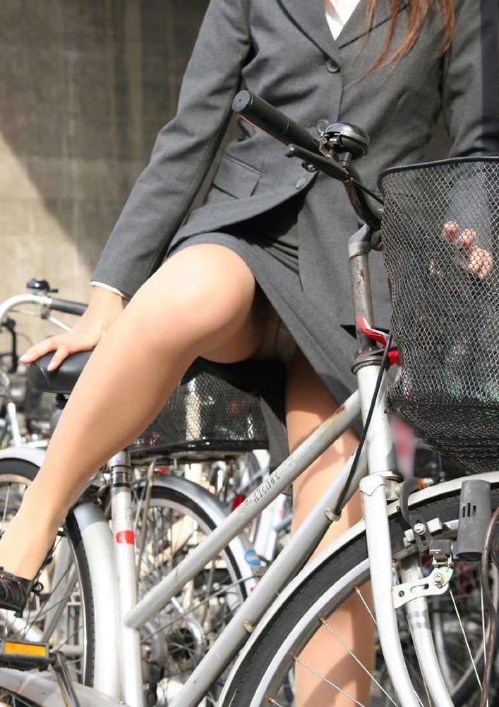 OLさん達が自転車に乗った時に見えるパンツ丸見え・太ももがえろい