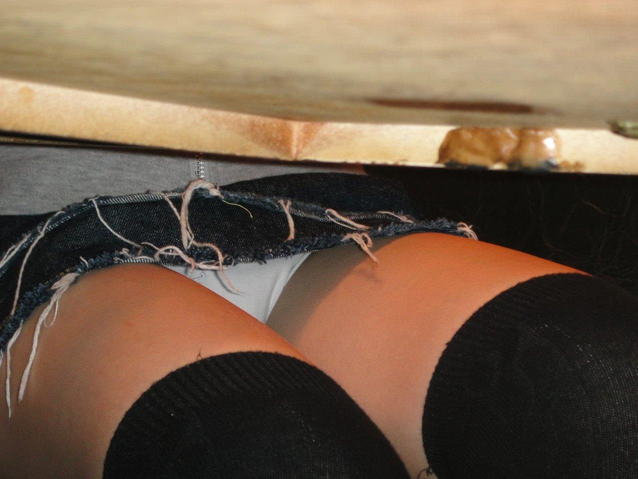 すぐに覗きたくなるえろ写真。机の下で見放題なパンツ丸見え写真