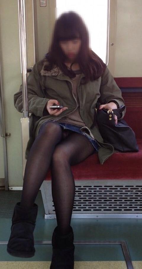 黒ストッキング履いてれば見えないと思って隙ありしてる対面パンツ丸見え写真