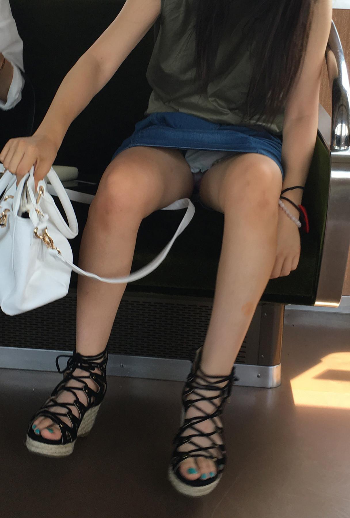 ずっと座り続けていたい列車内対面パンツ丸見え写真