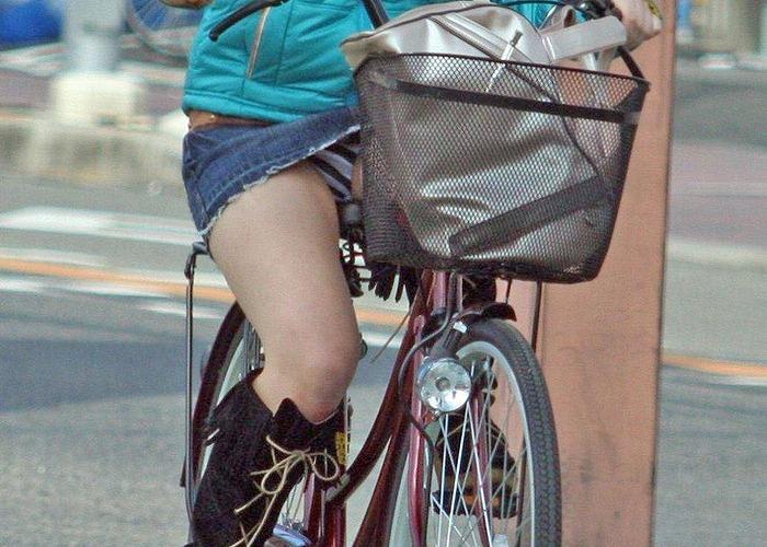 街中でみる女性達の自転車えろ写真