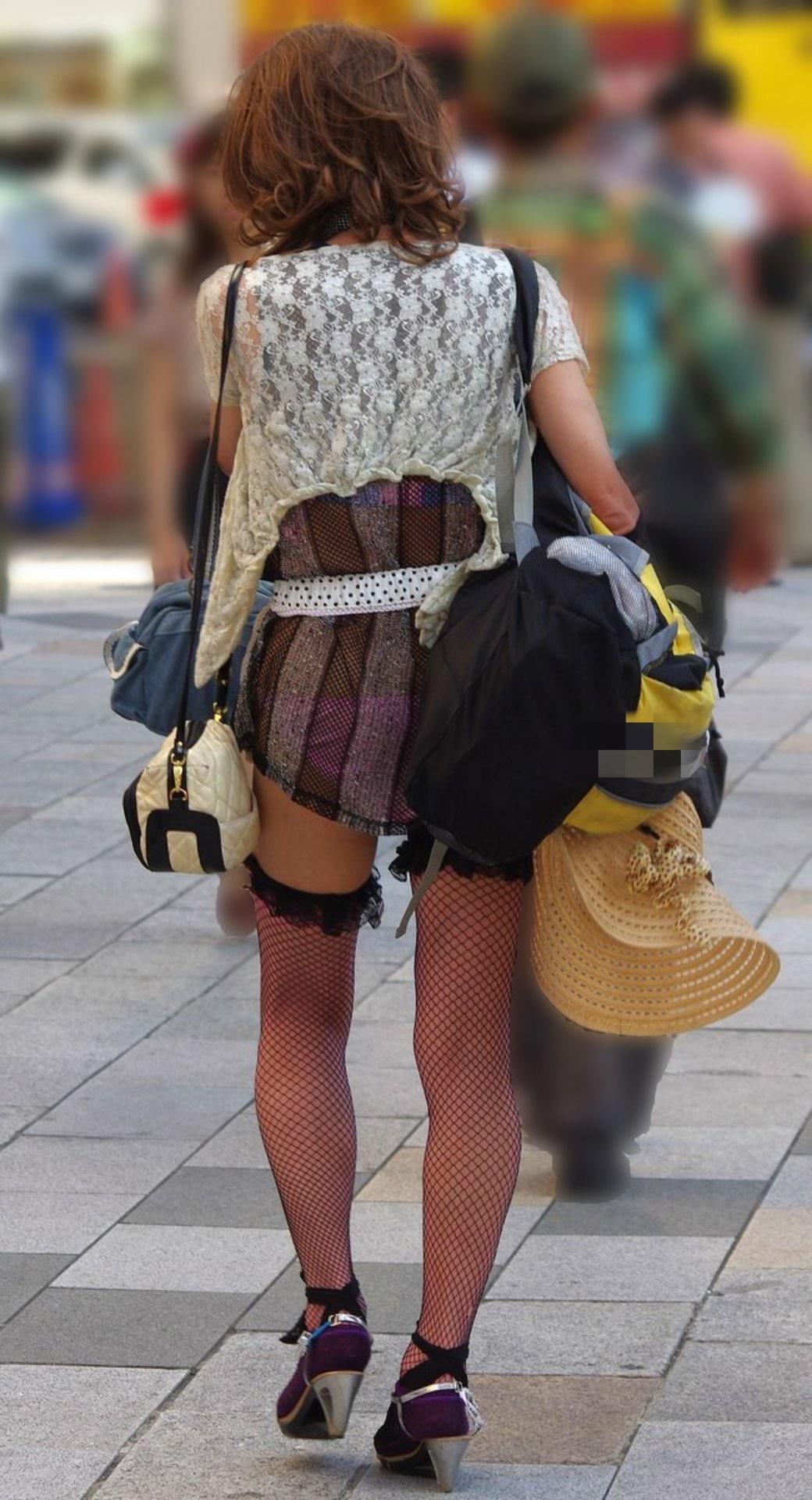 (透けパンツ丸見え写真)自分の履いてるパンツアピールしまくってるオンナ達