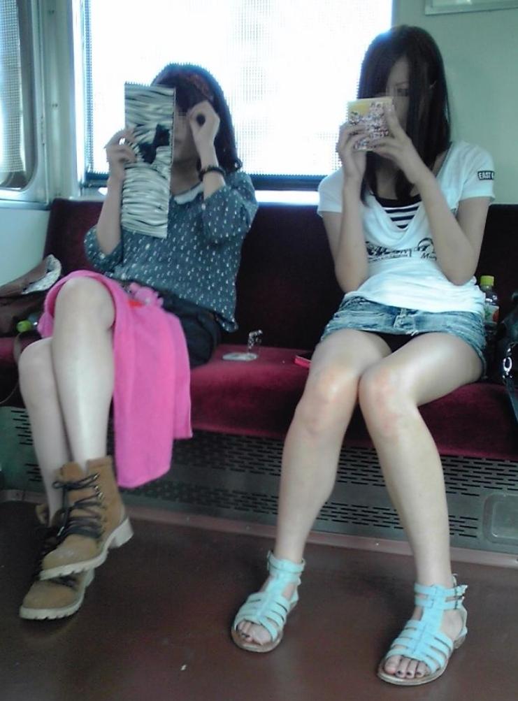 (パンツ丸見え写真)列車の中でお股ゆるゆるで見せつけてる子多過ぎるだろ