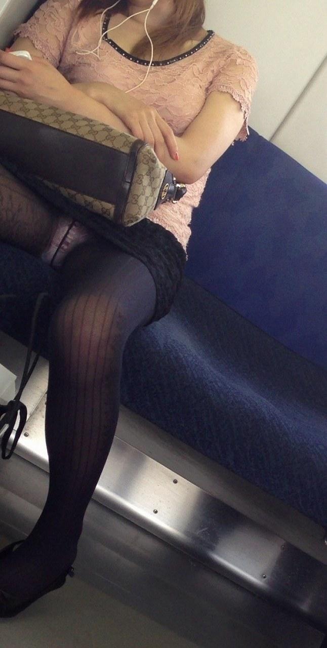 電車内で熟睡中の素人達のパンチラが見えてるんだが
