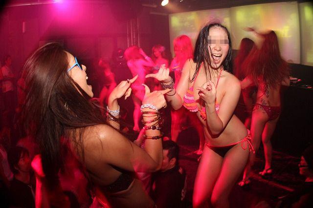 クラブにいるギャル達のエロさが分かる画像