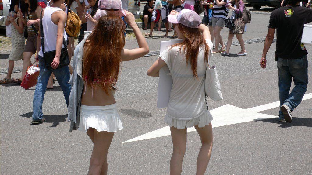 自分の履いてるパンツをこんなに見せつけてる女神の様な街撮り素人達