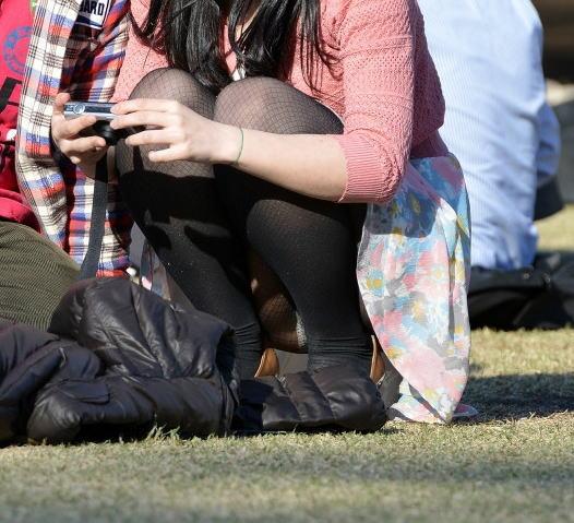 (パンツ丸見え写真)暖かくなった公園で期待が高まるパンツ丸見え写真