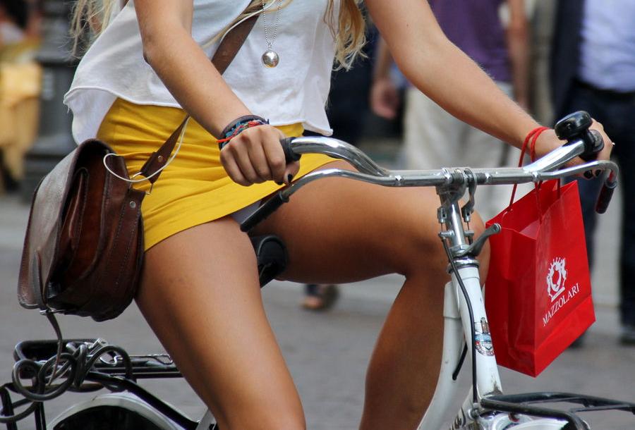 アダルト画像3次元 - 恥じらいのない外国人女性達が自転車乗ればパンモロだらけ