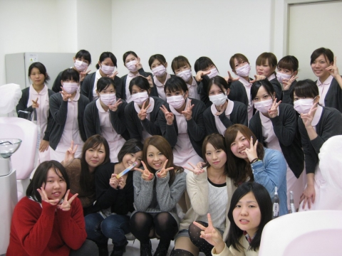 【エロ画像】前列女子が無防備に見せつけてる集合写真パンチラ画像