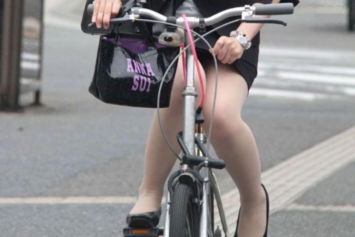 通勤中OLさん達のタイトスカートの中のパンツ丸見え・太ももがえろい写真